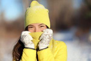 Na świeżym powietrzu pracownicy mogą być szczególnie podatni niektórych związanym z zimna warunków, jak: